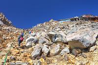 長野県 御嶽山の登山道と覚明堂