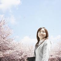 桜の花とビジネスウーマン