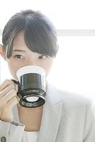 コーヒーを飲むビジネスウーマン