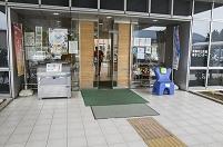 バリアフリー 段差のない入り口 武蔵村山市市民総合センターの...