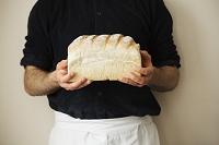 焼きたてのパンを持つ男性