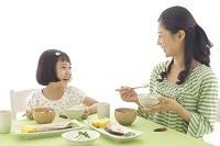 朝食を食べるお母さんとおかっぱの女の子