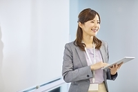 プレゼンをする日本人女性