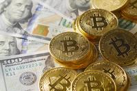 100ドル紙幣とビットコイン