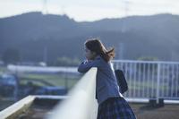学校の屋上にいる女子中学生