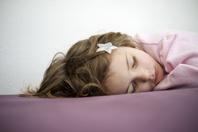 眠る女の子 星