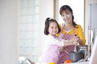料理をする母と娘