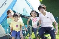キャンプ場で寛ぐ家族