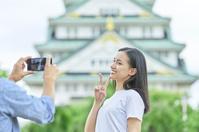 大阪城で写真を撮るカップル