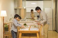 夕飯を用意する日本人家族