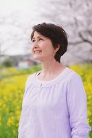 桜と中年日本人女性