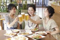 女子会をする日本人女性