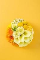 黄色とオレンジの丸位アレンジメント