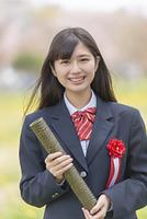 卒業証書を持つ女子学生