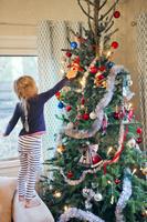 クリスマスツリーを飾る子供