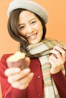 焼き芋を持った日本人女性