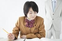指導を受ける女子高校生