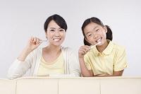 歯を磨く母と娘