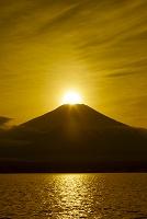 山梨県 山中湖からのダイヤモンド富士