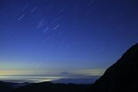 山梨県 北岳 肩の小屋付近より見る富士山とオリオン座