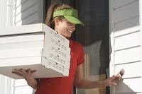ピザを配達する女性