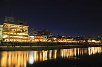 京都府 夕暮れの納涼床と鴨川