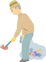 ゴミ拾いをするシニアの日本人男性