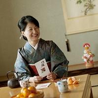 お正月に着物で年賀状を読む日本人のシニア女性