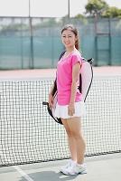 テニスコートの若い日本人女性
