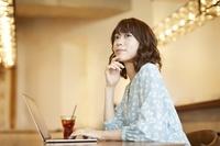 カフェでノートパソコンを使う日本人女性