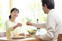 休日にシャンパンで乾杯する中高年日本人女性