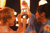 金魚を見つめる浴衣の日本人女性たち