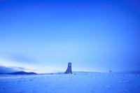 長野県 上田市 美ヶ原高原 黎明の美しの塔と雪原