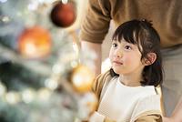クリスマスツリーを見上げる女の子