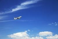 白い雲と飛行機