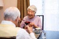 食事をする日本人シニア夫婦