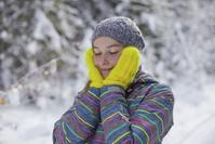 雪の中目を閉じる外国人