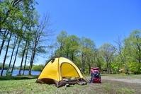 初夏の高原 湖畔のキャンプ