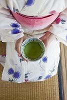 抹茶を持つ浴衣の女性