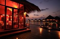 モルディブ 夕暮れのリゾートのレストラン