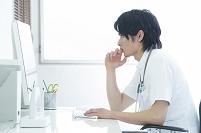 PC画面を見る医者