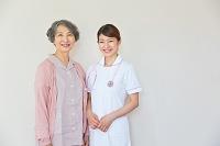 並んで立つシニア日本人女性患者と看護師