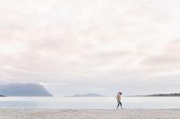 浜辺を歩く外国人カップル