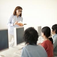 パソコンの指導を受ける大学生