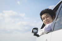 運転席に座る笑顔のビジネスマン