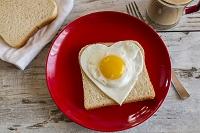 ハート型の卵焼きがのったトースト