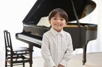 ピアノの前に立つ男の子
