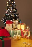 クリスマスツリーとプレゼントとシャンパングラス