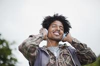 ヘッドフォンで音楽を聴いている外国人男性