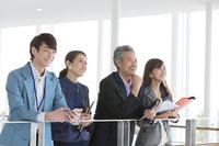 笑顔の日本人ビジネス男女